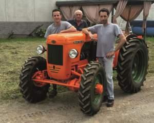 Da sinistra Paolo Andreoli, Mario Festa e Gianmario Motti vicino al Same DA 25.