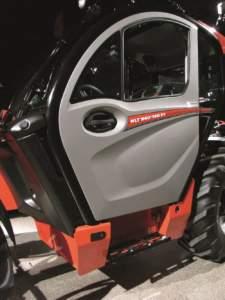 """La cabina del nuovo top di gamma. Nel riquadro l'accesso facilitato """"easy step""""."""